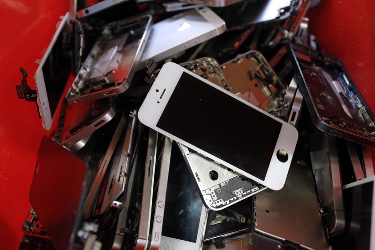 Now You Can Finally Take Your Broken iPhone to an Independent Repair Shop